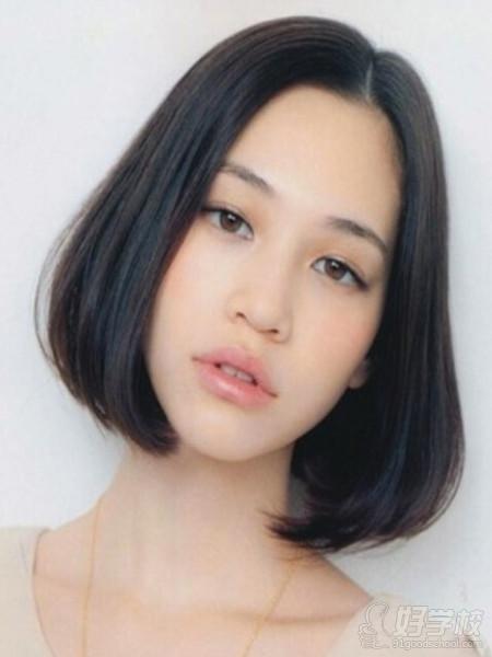 2,头发少的女生也可以尝试这款中分内扣短发,短发清爽,发梢稍微内扣图片