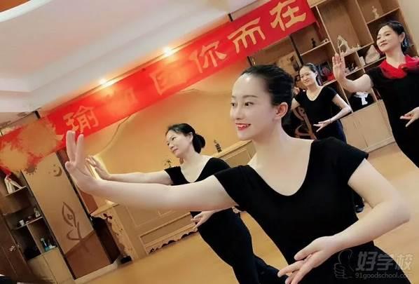 广州亚美瑜伽导师培训学院  心灵形体礼仪课程