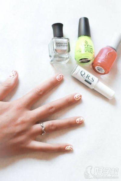 音乐节美甲的制作步骤:  1,用指甲底油和氖光粉色指甲油涂满指甲,等