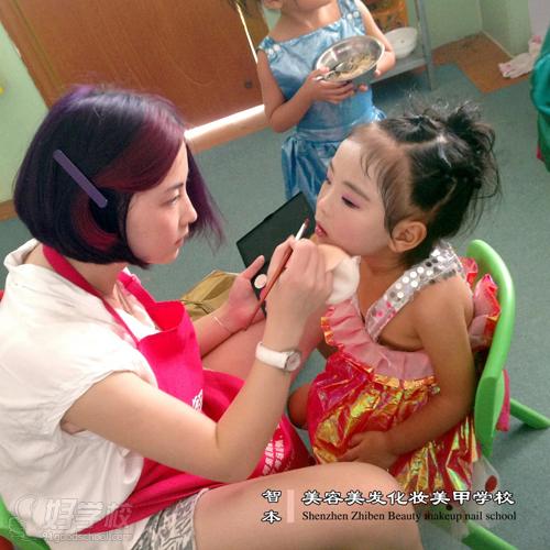 学员正在给演出的小朋友化妆