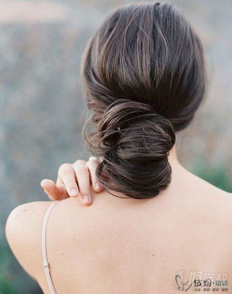 将头发在脑后扎成发髻之后,用丝巾系在发髻上,将发髻抓散一点即可.图片