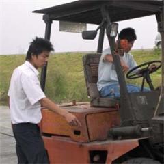 挖掘機維修駕駛考證班
