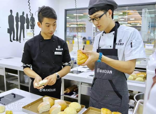 学员制作面包中