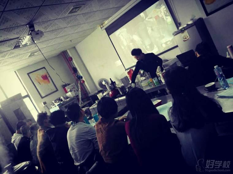 学员观看老师上课操作示范中