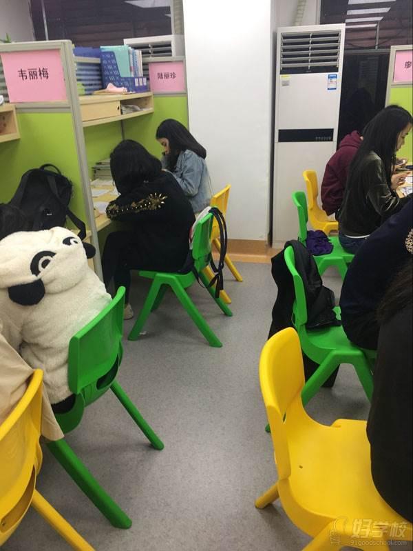 老师正在补习学员中