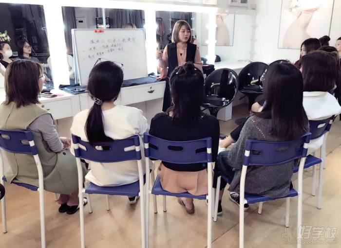 广州何穆化妆造型学院 课堂