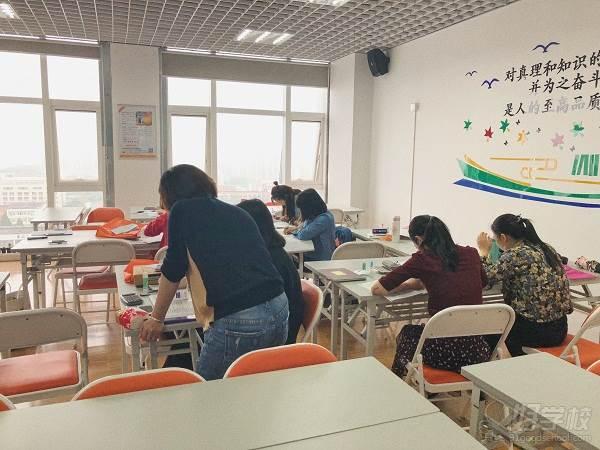 课间老师指导