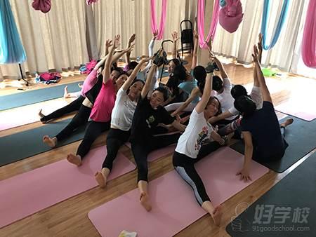 在这里您可以:静心,减压,交友,阅读,正能量,学瑜伽.图片