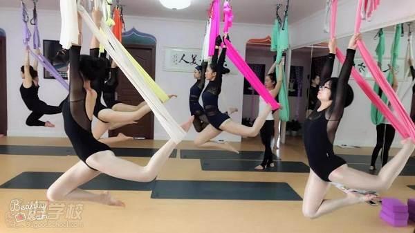 空中瑜伽学员上课情景