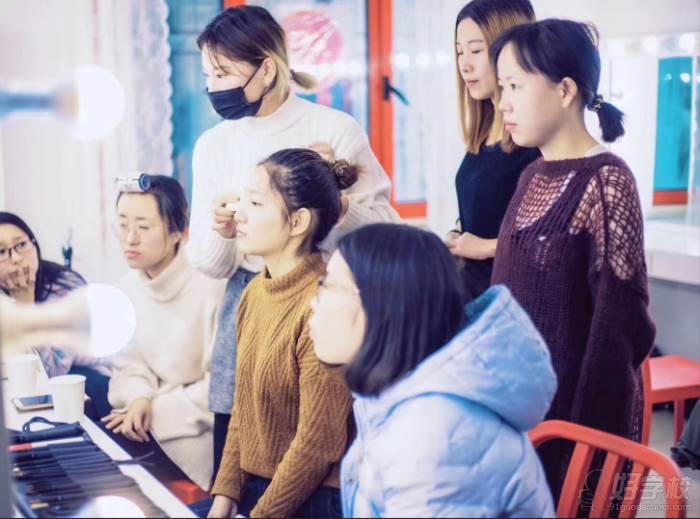 北京弗萊茵化妝培訓學校  學員認真聽課
