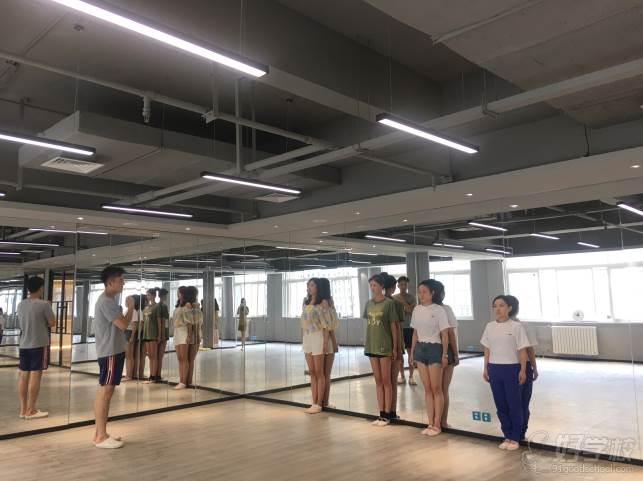 陕西芽色艺术培训中心  基本站姿训练