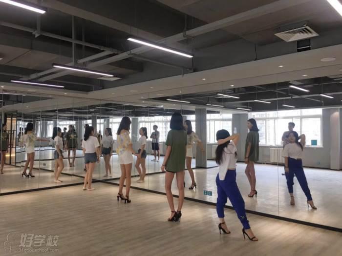 陕西芽色艺术培训中心  高跟鞋练习