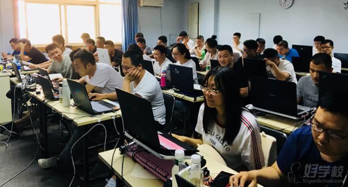 北京碼農星球學校   學員認真聽課