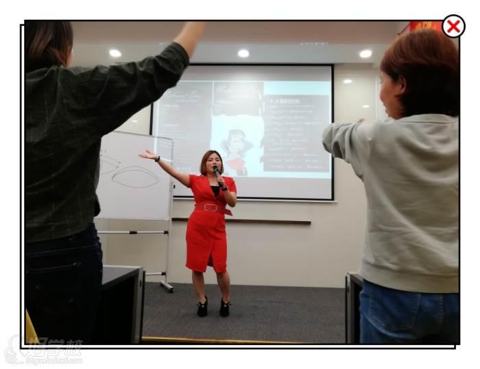 课程老师带动热身舞蹈