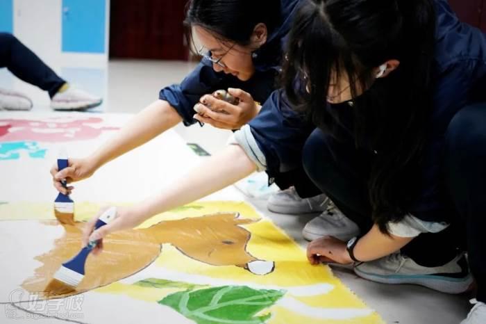 Alice與同學們一起制作大地畫
