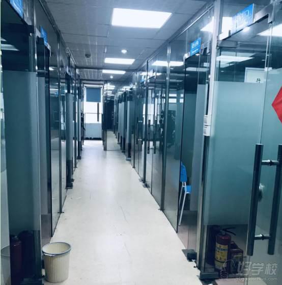 广州学成教育  学校走廊