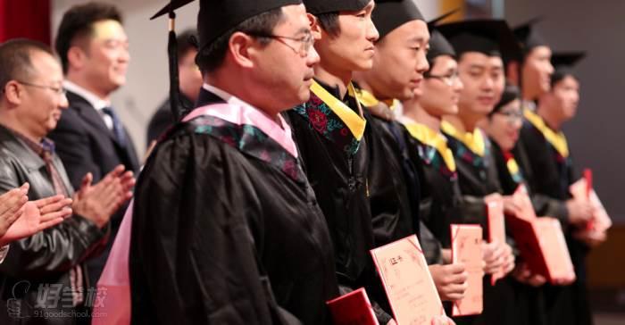 科大东财等校总部领导为优秀学士们颁发证书