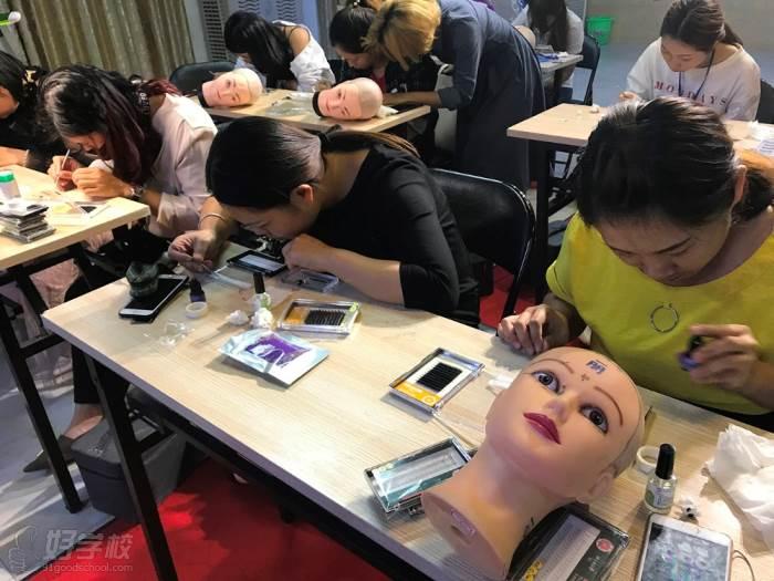 玉林创意美容美发彩妆美甲学校的上课现场怎么样