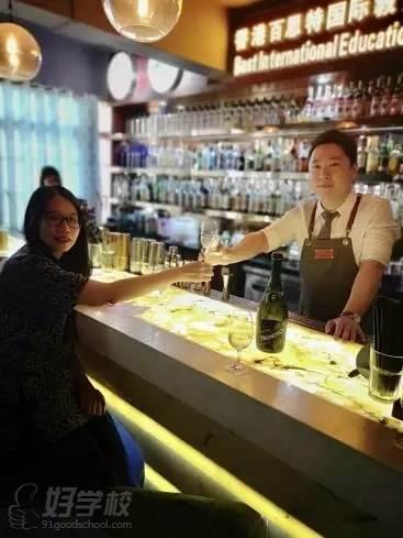 羅馬酒吧商會秘書長林茵如女士與百思特國際教育校長孫繼剛先生慶祝聯盟成立