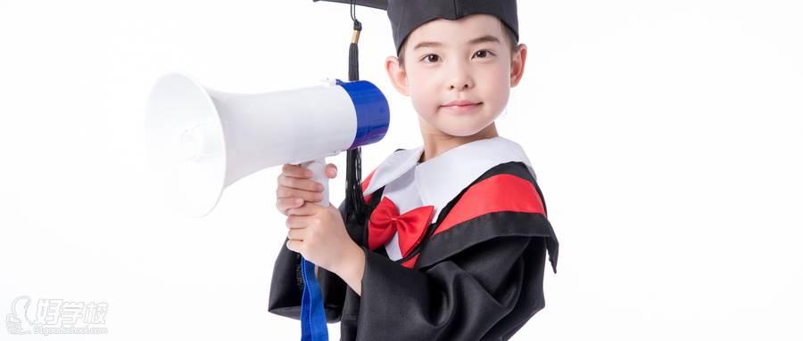 摄图网_500923955_wx_儿童小女孩毕业手持喇叭喊话(企业商用)