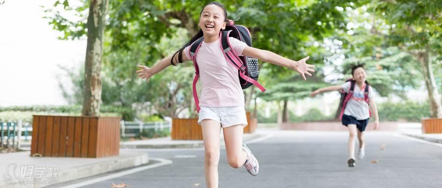 摄图网_500601659_wx_放学双手张开跑向父母的小学生(企业商用)