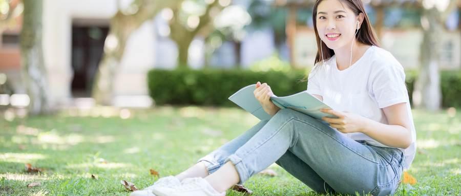摄图网_500635847_wx_坐在校园草坪上看书的女学生(企业商用)