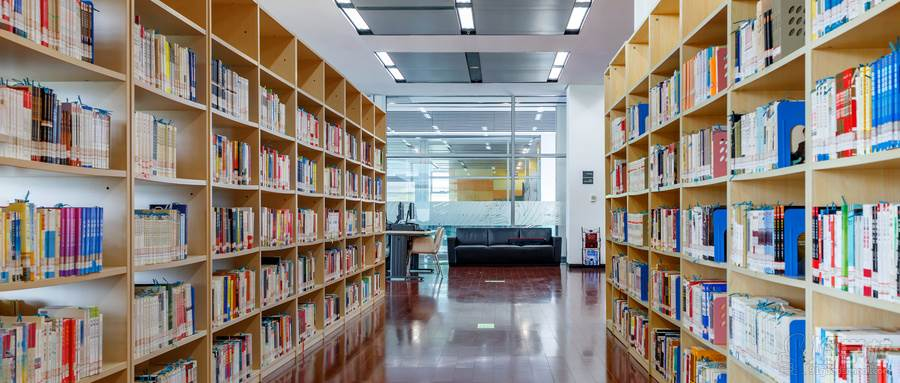 摄图网_500583449_wx_宽敞明亮的图书馆阅览室(企业商用)