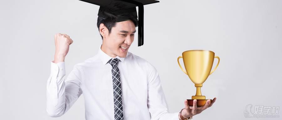 摄图网_500406014_wx_头带学位帽拿了大奖的男人(企业商用)