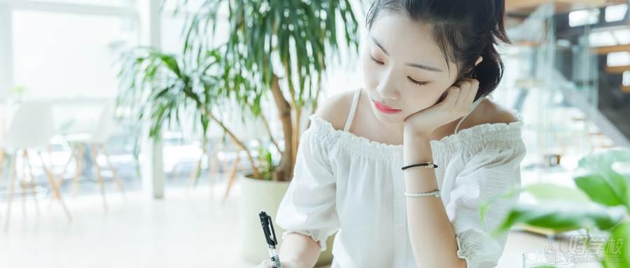 摄图网_500625680_wx_校内咖啡馆女生阅读写作(企业商用)