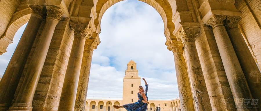 摄图网_500517998_wx_突尼斯凯鲁万奥克巴大清真寺里跳舞的女性(企业商用)