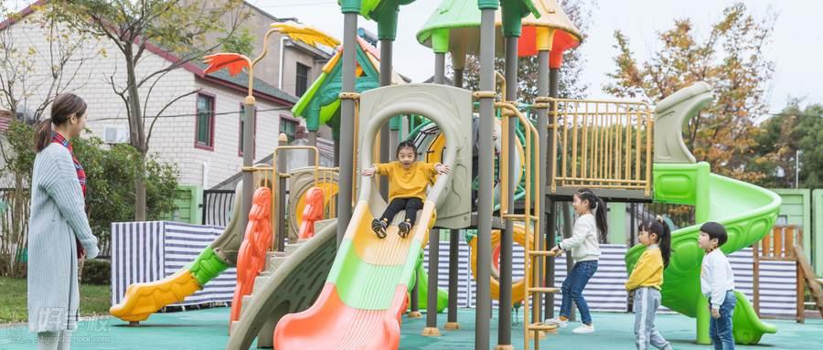 摄图网_501112138_wx_户外幼师带儿童玩滑滑梯(企业商用)