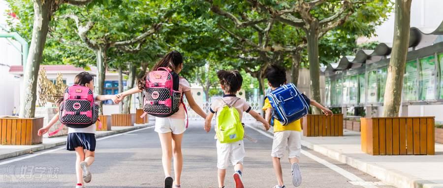 摄图网_500605158_wx_孩子们牵手快乐奔跑的背影(企业商用)