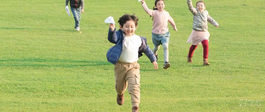 摄图网_501125706_wx_草地上玩纸飞机的孩子们(企业商用)