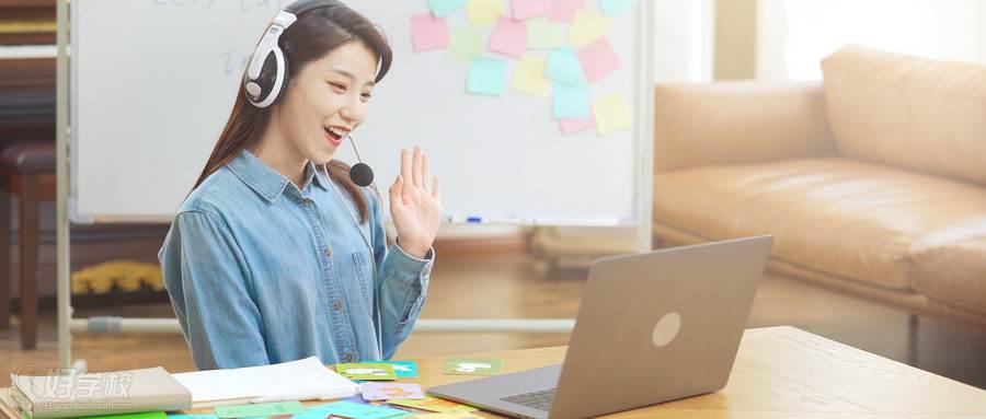 摄图网_501642360_wx_戴耳机的女老师头戴耳麦和学生沟通在线教育(企业商用)